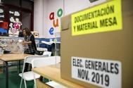 Una caja con la documentación para la jornada electoral de hoy 10 de noviembre.