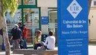 Varios estudiantes y trabajadores de la UIB junto al edificio Mateu Orfila, en el campus mallorquín.