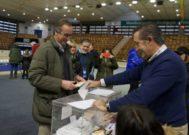 Alfonso Alonso vota en su colegio electoral de Vitoria acompañado de la candidata Mari Mar Blanco.