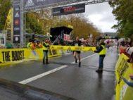 Chakib Lachgar entra en la meta del Boulevard como ganador de la Behobia-San Sebastián.