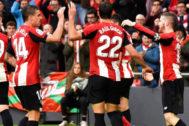 Los jugadores del Athletic celebran el gol de Ander Capa ante el Levante.