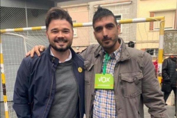 Gabriel Rufián posa con un interventor de Vox en el colegio electoral...