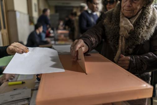 Una mujer deposita su voto para el Senado, este domingo.