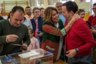 Susana Díaz saluda a un votante en el colegio de Triana donde votó.