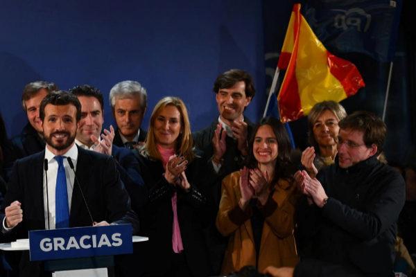 El alcalde de Madrid, José Luis Martínez-Almeida, aplaude a Pablo...