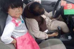 Madina, de tres años, junto a su padre adoptivo, asesinado en Kandahar.