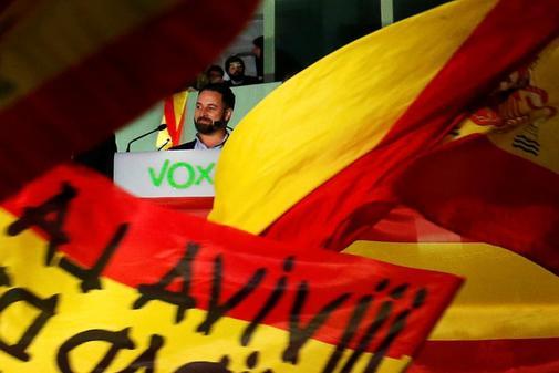 Santiago Abascal celebra el triunfo de Vox en su sede, vitoreado por...