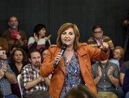 La diputada de Elkarrekin Podemos Pilar Garrido interviene durante el acto electoral que Pablo Iglesias celebró en Bilbao.