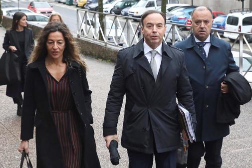 Ricardo Pérez Lama (centro), abogado de la familia de Diana Quer, a...