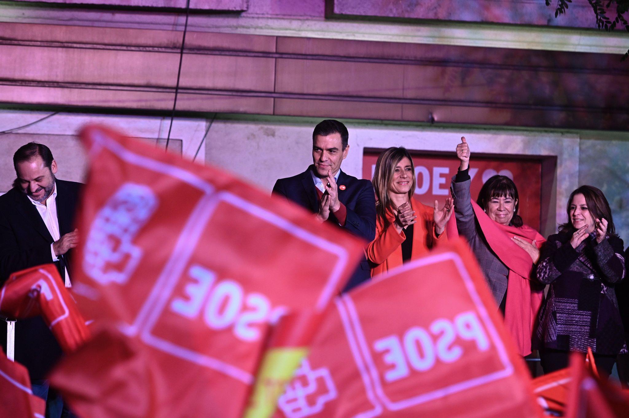 El líder del PSOE Pedro Sánchez, su mujer, Begoña Gómez (3d),...