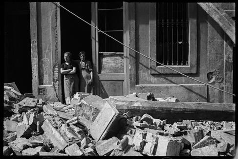 Dos mujeres entre escombros producidos por los bombardeos.