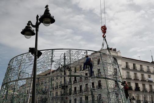 Un operario monta el árbol de Navidad de la Puerta de Sol