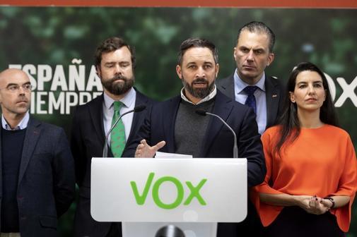 El presidente de Vox, Santiago Abascal (centro), y (de izqda. a dcha.) Jorge Buxadé, Iván Espinosa de los Monteros, Javier Ortega Smith y Rocío Monasterio, este lunes, en Madrid.