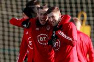 Gareth Bale y Ben Davies, durante el entrenamiento de Gales este lunes.