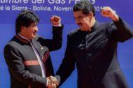 Evo Morales choca la mano con Nicolás Maduro en Santa Cruz de la Sierra, Bolivia.