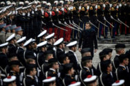 El presidente francés, Emmanuel Macron, pasa revista a las tropas en el acto de este lunes.