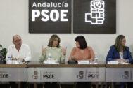 Susana Díaz conversa con Micaela Navarro durante la reunión de la ejecutiva del PSOE-A celebrada este lunes.