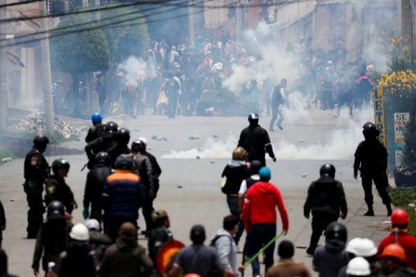 Evo Morales se atrinchera en su feudo de Cochabamba y acepta el asilo ofrecido por México mientras el vacío de poder amenaza Bolivia