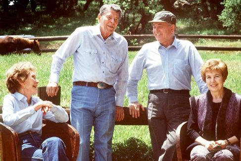 Los matrimonios Reagan y Gorbachov, en 1990, en Santa Bárbara.