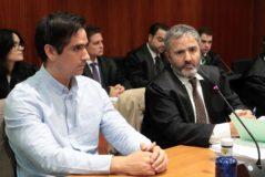 Rodrigo Lanza junto a su abogado, durante la primera sesión del juicio.