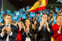 Alberto Núñez Feijóo y Mariano Rajoy, con los candidatos del PP al Congreso por Vigo en un acto de campaña.