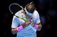 Zverev impone el servicio y logra su primera victoria ante Nadal