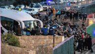Los aficionados de Argentina rodean al autocar de la albiceleste, ayer en Son Bibiloni. CATI CLADERA/EFE