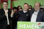 Andoni Ortuzar celebra con Jon Aiartza y Aitor Esteban los resultados del PNV en la noche electoral.