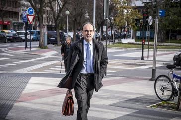 El presidente de la Sala del 'caso De Miguel' Jaime Tapia junto a los Juzgados de Vitoria.