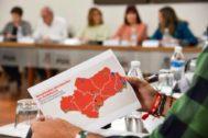 Susana Díaz sostiene en sus manos un mapa con los resultados (por colores) electorales en Andalucía.
