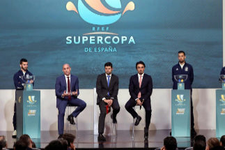 GRAF7240. LAS ROZAS (MADRID).- Los jugadores de la selección española de fútbol, Sergio Ramos (i), Jose Luis Gayá (2i), Sergio Busquets (2d) y Saul Ñíguez (d) junto al presidente de la Real Federación Española de Fútbol, Luis Rubiales (3i) y el presidente de la autoridad general del deporte de Arabia Saudi, el príncipe Abdulaziz Bin Turki Alfaisal, tras el sorteo de los emparejamientos de la <HIT>Supercopa</HIT> de <HIT>España</HIT> que se jugará en la ciudad saudí de Yeda.