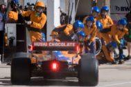 Los mecánicos de McLaren, junto al coche de Sainz, en Austin.
