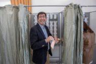 Juan Marín, en una de las cabinas del colegio electoral de Sanlúcar de Barrameda donde votó.