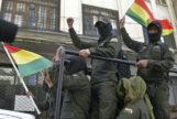 Militares despliegan banderas bolivianas en La Paz.
