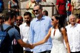 La Reina Letizia saluda a un ciudadano cubano en presencia del Rey Felipe VI, este martes, en un paseo por el centro de La Habana.