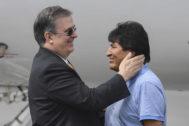 El ministro de Exteriores mexicano, Marcelo Ebrard, recibe a Evo Morales en Ciudad de México.