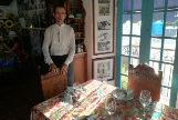 El chef Iván Justo junto a la mesa donde comieron los Reyes en La Habana.