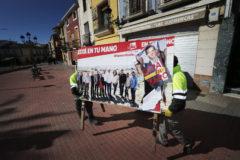 Retirada de los carteles electorales de las calles ayer en Monforte del Cid.