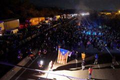 Manifestantes cortan la AP-7 a la altura del paso de la Jonquera.