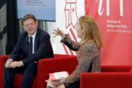 El presidente de la Generalitat Valenciana, Ximo Puig y la ingeniera Nuria Oliver, durante el debate.