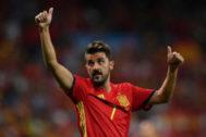 El delantero español David Villa saluda mientras celebra su victoria al final del partido de fútbol de clasificación para el Mundial de Fútbol de 2018 España contra Italia en el estadio Santiago Bernabéu de Madrid.