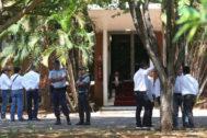 Partidarios de Guaidó en la embajada venezolana en Brasilia.