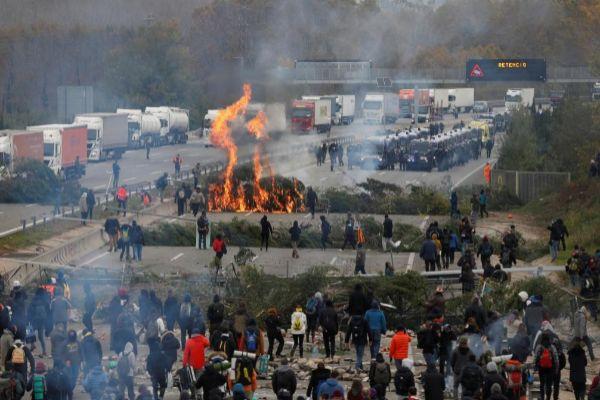 Comandos de Tsunami Democràtic cortan la autopista AP-7.