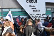 Los estudiantes se manifiestan frente al edificio del Crous, donde se quemó Anas Kournif el viernes.