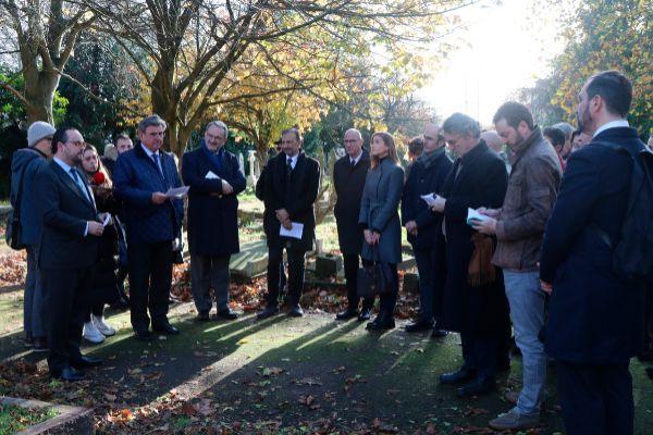 13.11.2019. Homenaje al exilio español ante la tumba del periodista y...