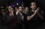 Jaume Asens aplaude, en segundo plano, en un acto reciente con Ada Colau y Pablo Iglesias.