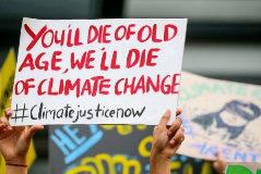 Activistas portan una pancarta durante la manifestación en Kuala Lumpur contra el cambio climático.