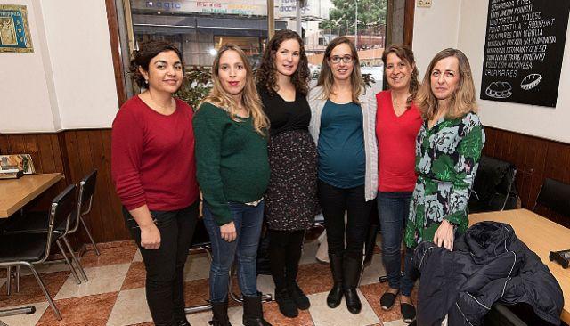 SANITARIAS AFECTADAS. A la izqda, la sindicalista Carolina Pérez junto a algunas de las médicas afectadas por los impagos . A. VERA
