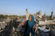 Una mujer palestina frente a una casa destruida en un bombardeo en Gaza.