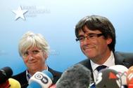 La ex consejera Clara Ponsatí, a la izquierda, junto a Carles Puigdemont en Bruselas, poco después de huir de España.